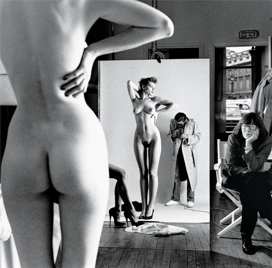 Een zelfportret vanNewton met zijn vrouw June en modellen (1981) Paris © Helmut Newton Foundation