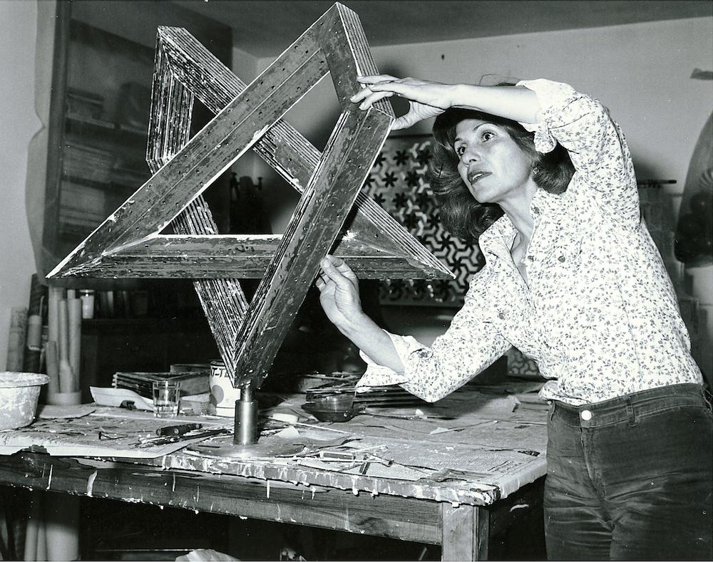 Monir Shahroudy Farmanfarmaian werkt in haart atelier aan Heptagon Star, Teheran 1975