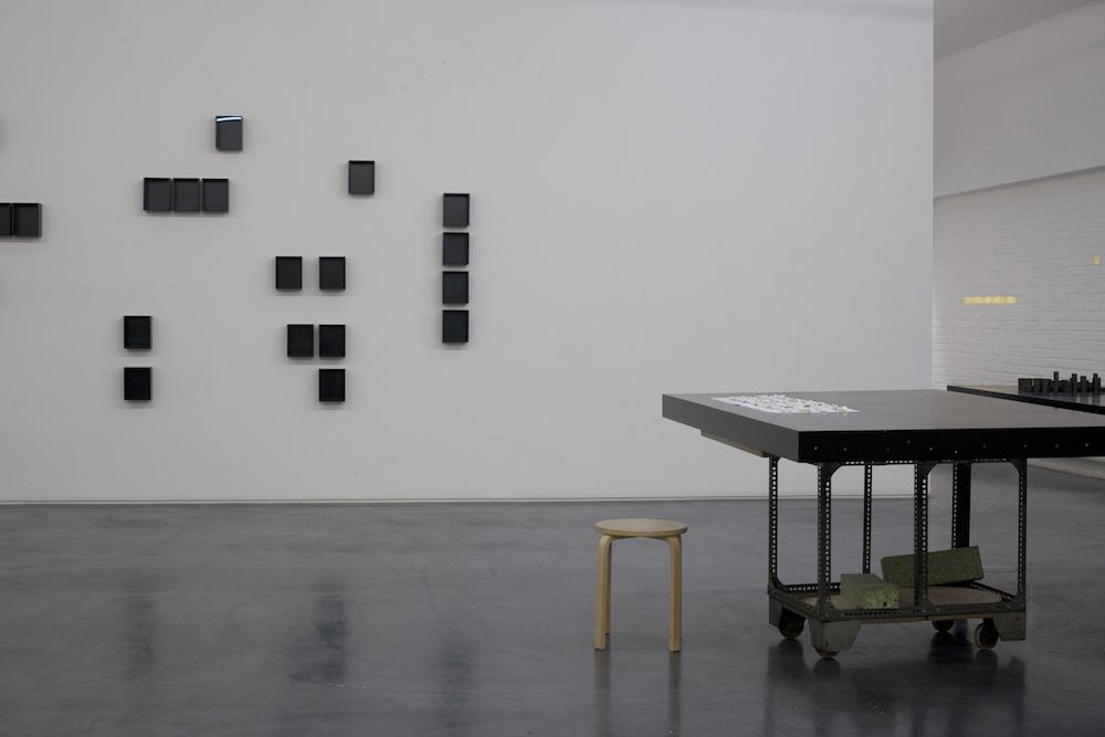 De studio doet ook dienst als galerie. Boven bevindt zich een bibliotheek, tevens schrijfkamer. Foto: Gautier Deblonde