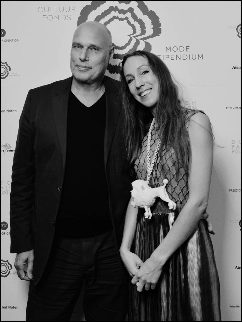 Modejournalist John de Greef van Elsevier met Iris van Herpen. Foto Reinier RVDA