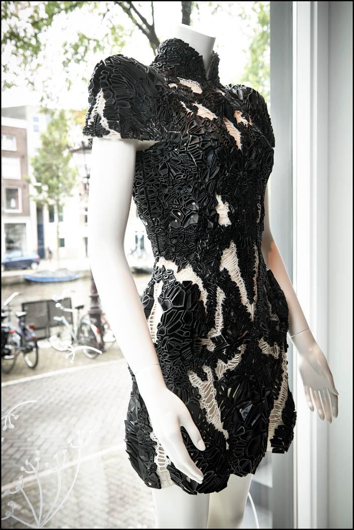 Creatie Iris van Herpen, gepresenteerd in de bar van het Andaz Hotel op 24 mei. Foto Reinier RVDA