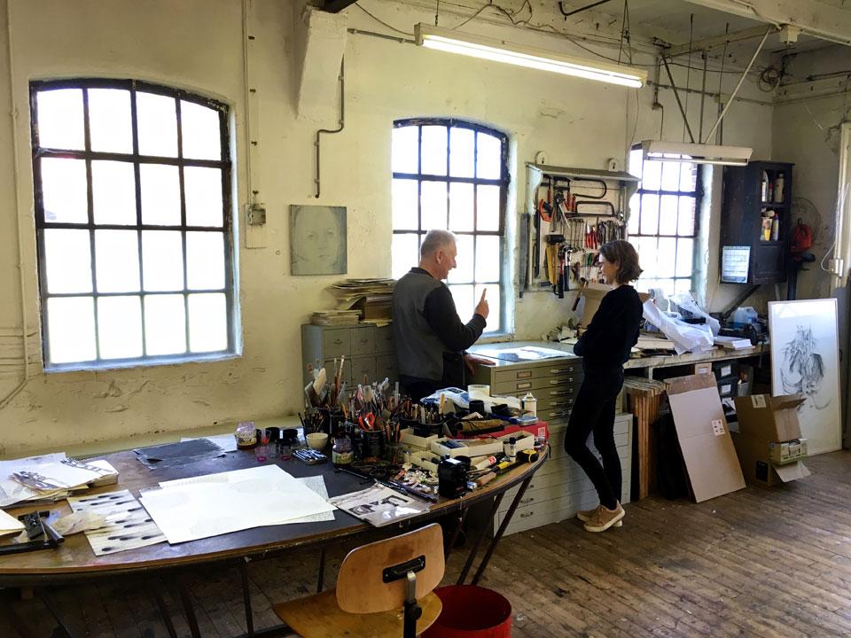 Nienke Hoogvliet en Arno Kramer in gesprek in zijn atelier.