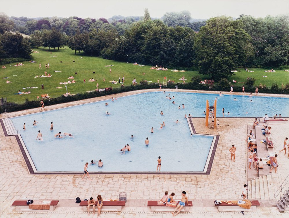 Andreas Gursky, Ratingen Swimming Pool (1987)