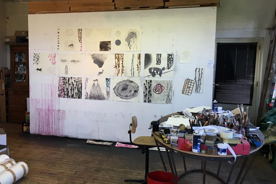 Tussen de werken aan de wand in het atelier van Arno Kramer, hangt een tekening van zeewier.