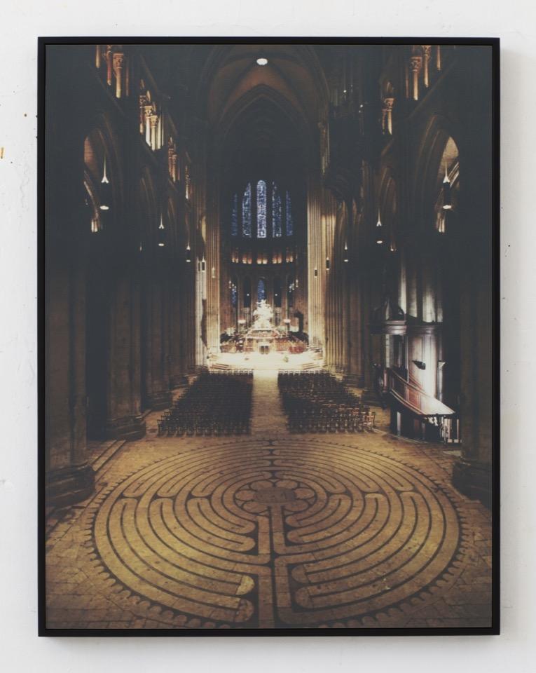 Laurence Aëgerter. Cathédrales Hermétiques - vitraux. Cathédral of Our Lady of Chartres II. Gezeefdrukte ultrachrome print, 85 x 65 cm. [afbeelding is na belichting door zonlicht gemaakt]