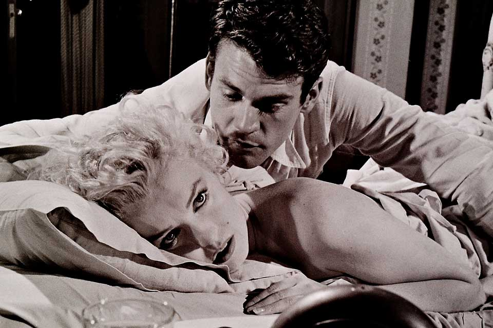 Marilyn Monroe met Don Murray in een scène in de film Bus Stop, 1956