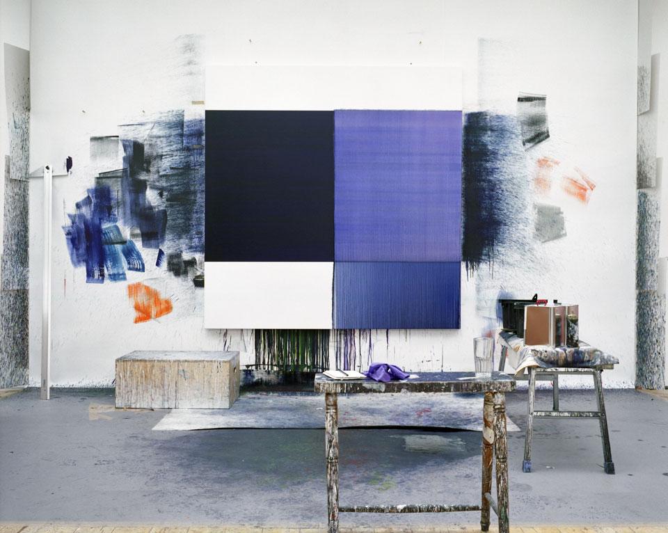 In het atelier van Callum Innes. Foto Gautier Deblonde