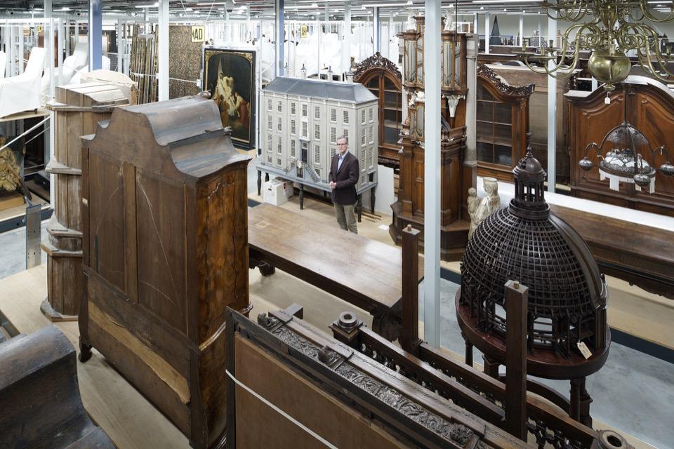 Wim Hoeben in het depot van het Rijksmuseum